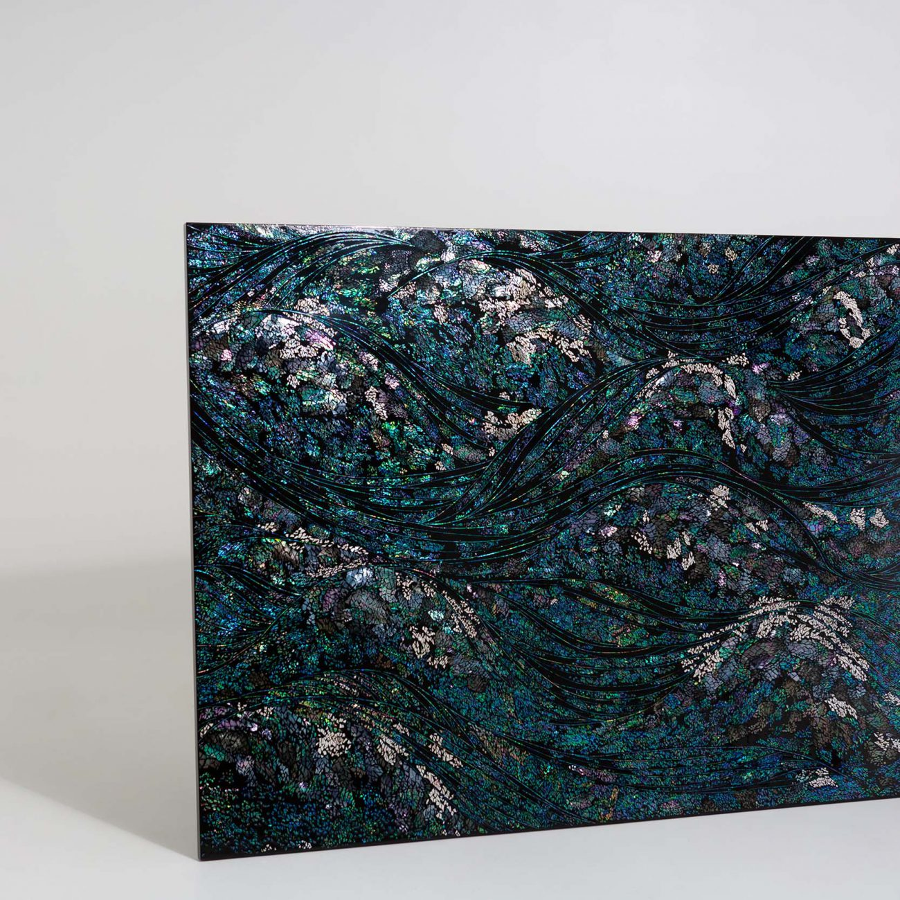 202015, Mother-of-pearl, hemp cloth on wood, natural lacquer, 120.3×180 cm, 2020 by JEONG Zik-Seong 정직성.